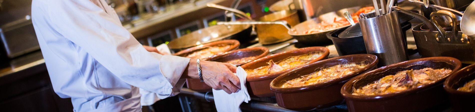 Preparación para el asador del grand buffet de narbonne.
